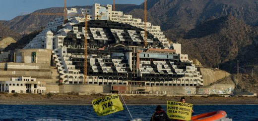 2014-05-12. ACCIÓN: 100 activistas de Greenpeace pintan un punto negro de 8.000 m2 en el hotel ilegal de El Algarrobico para exigir su desmantelamiento inmediato Es la sexta accio?n de Greenpeace en el hotel. La organizacio?n exige a la Junta de Andaluci?a y al Ministerio que devuelvan este paraje natural a los ciudadanos© GREENPEACE HANDOUT/PEDRO ARMESTRE- NO SALES - NO ARCHIVES - EDITORIAL USE ONLY - FREE USE ONLY FOR 14 DAYS AFTER RELEASE - PHOTO PROVIDED BY GREENPEACE - AP PROVIDES ACCESS TO THIS PUBLICLY DISTRIBUTED HANDOUT PHOTO TO BE USED ONLY TO ILLUSTRATE NEWS REPORTING OR COMMENTARY ON THE FACTS OR EVENTS DEPICTED IN THIS IMAGE