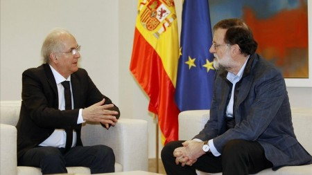 GRAF1288 Madrid Spain 18 11 2017 - Spanish Prime Minister Mariano Rajoy R speaks with Venezuelan opposition member and former mayor of Caracas Antonio Ledezma during their meeting at the Palace of La Moncloa in Madrid Spain 18 November 2017 Ledezma who has been under house arrest since 2015 without a trial managed to escape undetected from his home and crossed the Colombia-Venezuela border on 17 November Espana EFE EPA JAVIER LOPEZ