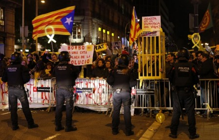 Catalan pro-independence demonstrators protest against the visit of Spain´s King Felipe VI at the Mobile World Congress (MWC) on February 25, 2018 in Barcelona. Spain´s King Felipe VI visits Barcelona for the fist time since a failed declaration of independence by the regional parliament on October 27 that deeply divided Catalans and triggered Spain's worst political crisis since the country returned to democracy following the death of longtime dictator Francisco Franco in 1975. / AFP PHOTO / Pau Barrena