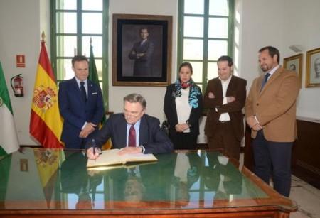 El embajador ruso firmando en el libro de honor del Ayuntamiento de El Puerto