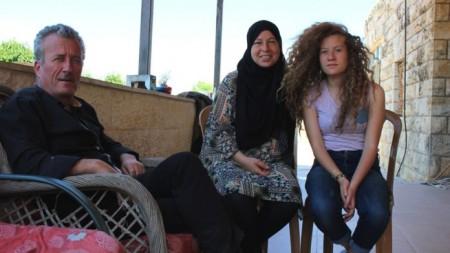 Ahed al Tamimi junto a su madre y su padre