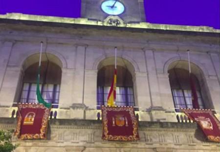 Sevilla banderas-a-media-asta-en-semana-santa