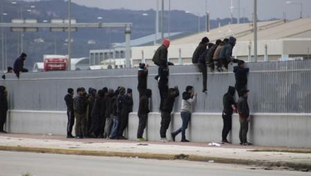 migrantes-saltar-puerto-Patras-Grecia_EDIIMA20180521_0709_20