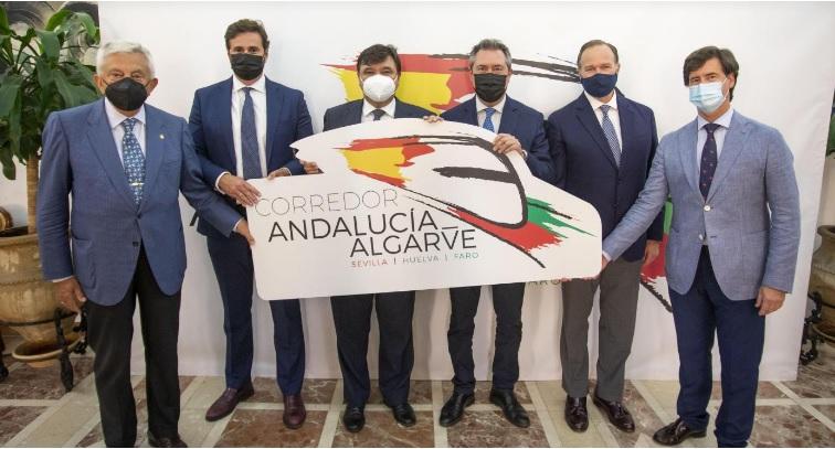 Ni ellos ni los grupos municipales del Ayuntamiento onubense que han apoyado la iniciativa con su presencia (PP, Ciudadanos, Adelante Huelva, Mesa de la Ría y VOX) han manifestado oposición alguna al borrado de los símbolos nacionales de Andalucía y su sustitución por los estatales.